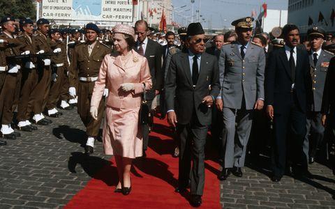 queen-elizabeth-ll-met-by-king-hassan II-as-she-arrives-in Casablanca